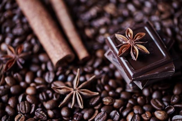 焦点がぼけたコーヒー、チョコレート、シナモン