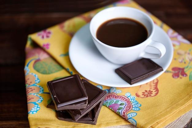 チョコレートとデフォーカスコーヒー