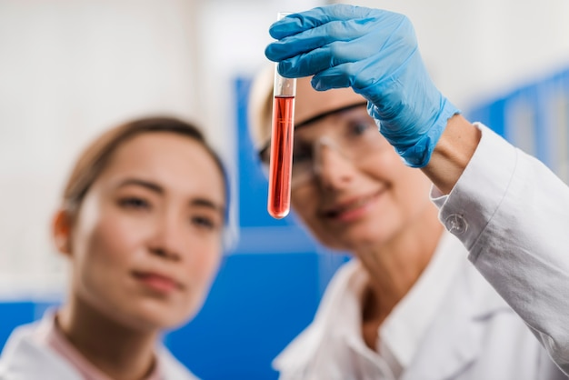 Scienziate sfocati che analizzano sostanza in laboratorio