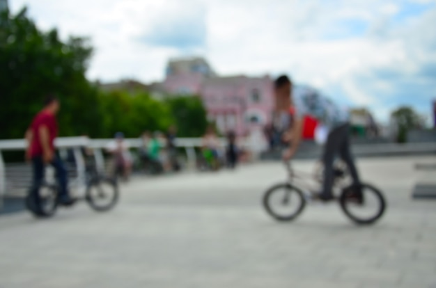 Bmx 자전거를 가진 많은 사람들의 defocused 이미지. 익스트림 스포츠 팬들의 만남