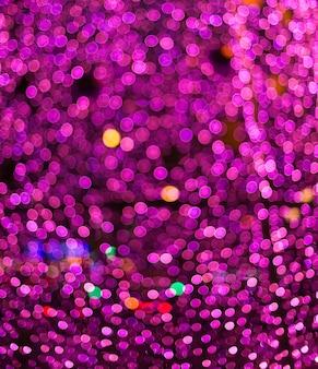 背景に最適なデフォーカスされた紫色のクリスマスライト