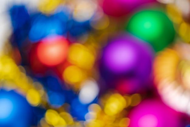 Расфокусированные сияющие рождественские шары праздничные украшения, абстрактный размытый фоновый эффект боке. текстура празднования светящихся огней не в фокусе для использования в графическом дизайне.