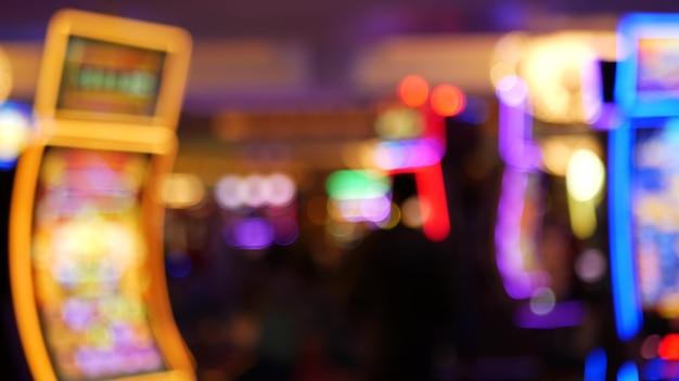 Defocused 슬롯 머신은 미국 라스베가스 카지노에서 빛납니다. 흐릿한 도박 네온 슬롯, 돈 놀이 프리미엄 사진
