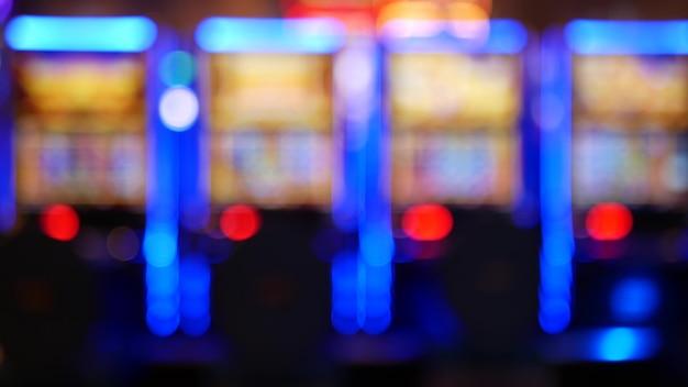 Defocused 슬롯 머신은 미국 라스베가스 카지노에서 빛납니다. 흐릿한 도박 네온 슬롯, 돈 놀이