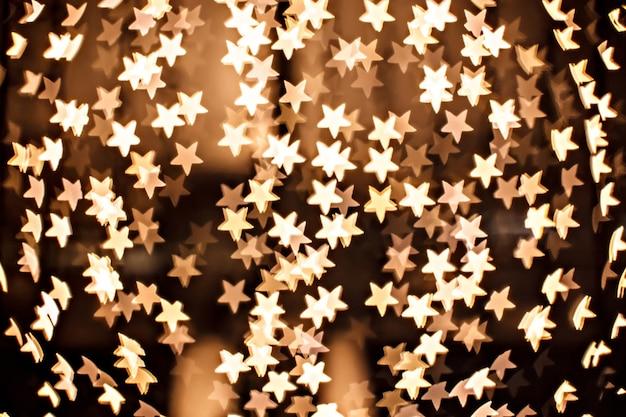 焦点がぼけた黄色の輝き-金の星