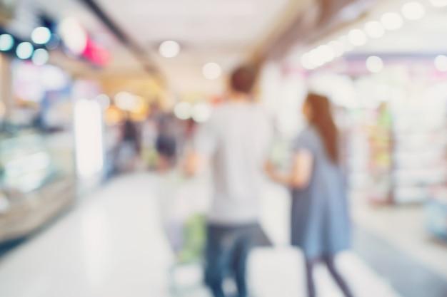 百貨店で買い物をする人々。 defocusedぼかし背景。