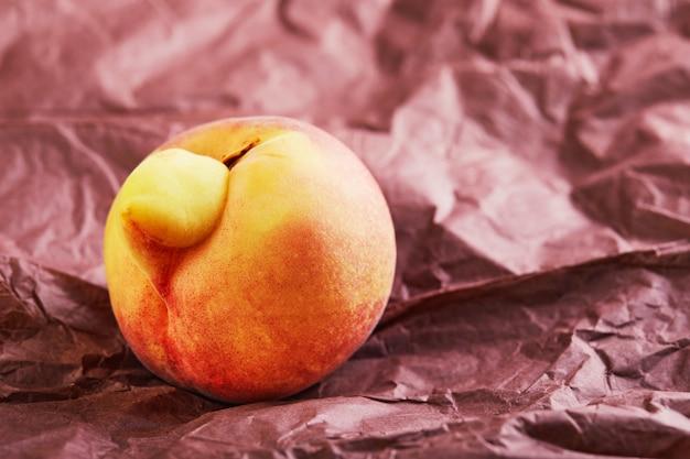 Деформированный свежий сочный персик