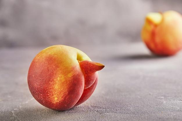 Деформированные свежие сочные персики