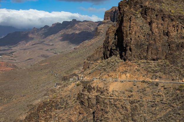 Вид на горный пейзаж с точки зрения degollada de las yeguas. гран-канария в испании.