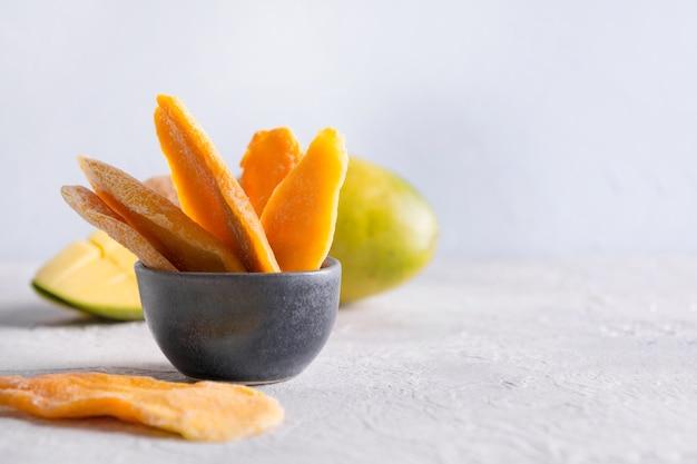 Обезвоженные и высушенные чипсы манго. закройте