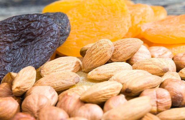 乾燥した熟したアプリコットの脱水、オレンジとダークカラー、さまざまな乾燥方法と調理方法のドライフルーツの甘さの伝統的な有用性