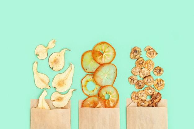 Обезвоженные фруктовые чипсы из банана, хурмы, груши в качестве полезной закуски или сладкого