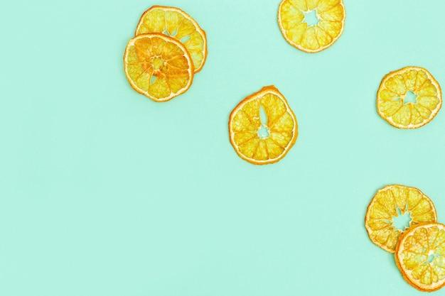 みかんの乾燥フルーツチップスは、健康的なスナックやお菓子としてスライスを丸めます