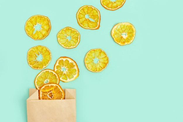 Обезвоженные фруктовые чипсы из мандарина, круглые ломтики закуски или сладости