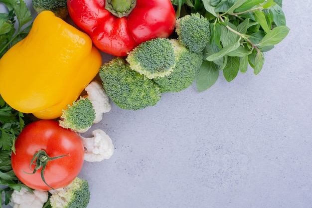 Delizioso assortimento di verdure e verdure su sfondo marmo. foto di alta qualità