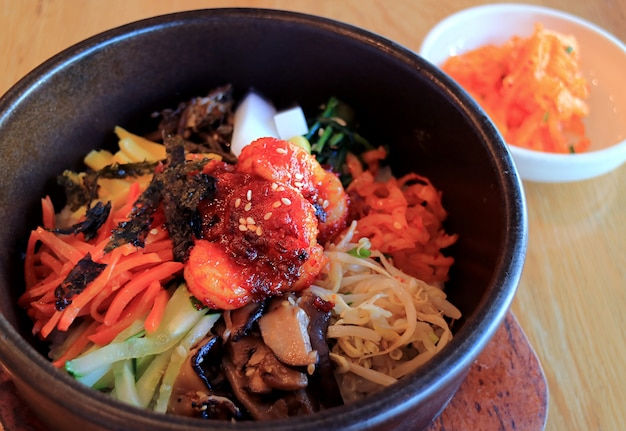 돌솥에 고기와 각종 야채를 곁들인 한국 전통 밥, 맛있는 비빔밥