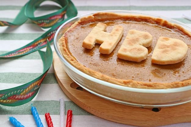 Восхитительный свежеиспеченный тыквенный пирог с буквами hbd на день рождения