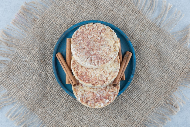 Восхитительные рисовые лепешки и деревянная тарелка на мраморе