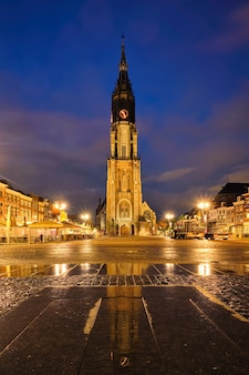 夕方のデルフトオランダのデルフトマーケット広場マルクト
