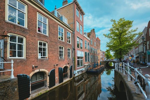 Улица делфт с каналом и старыми домами