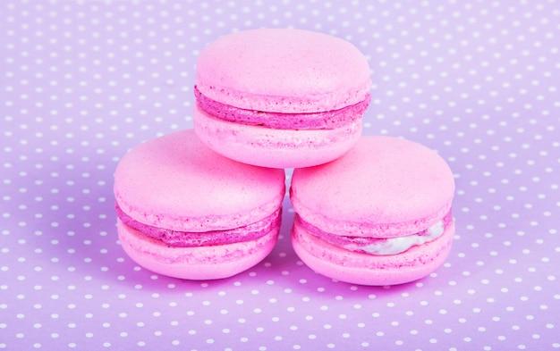 繊細なアーモンドケーキ。ピンクのマカロン