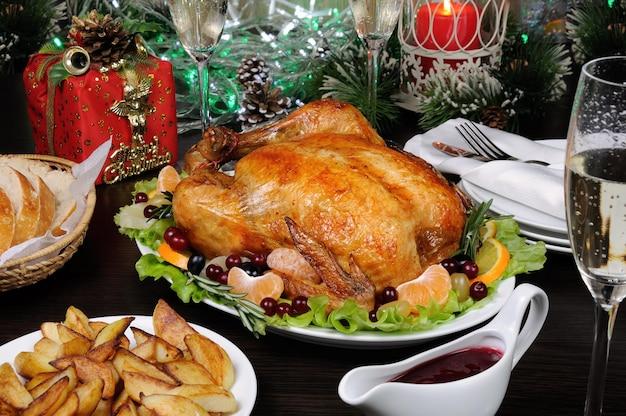 Нежная запеченная курица с аппетитной корочкой с цитрусовым гарниром на рождественском столе