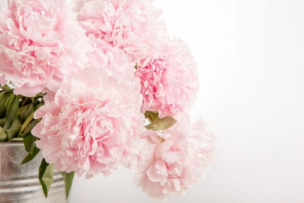牡丹のクローズアップ、ウェディングカード、招待状、ロマンチックなイメージの繊細な美しいピンクの花束。