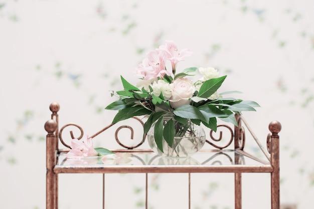 빈티지 인테리어에 유리 꽃병에 섬세한 꽃다발