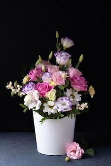 Нежный букет из роз, ромашек, хризантем в белой круглой коробке.