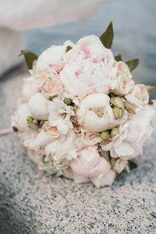 牡丹とバラの花嫁の繊細な花束。クローズアップウェディングブーケ