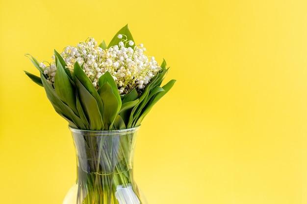 유리 꽃병에 계곡의 흰 백합의 섬세한 꽃다발