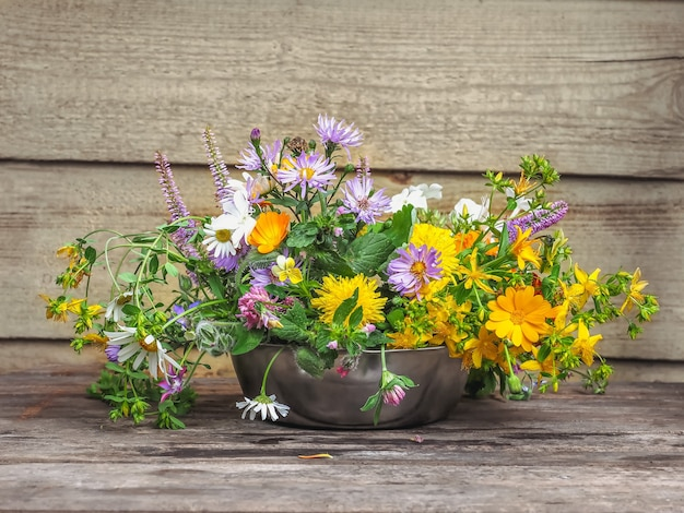 마을 집 현관에 근접한 야생화의 섬세한 꽃다발
