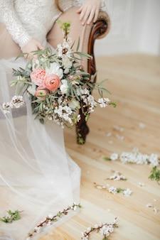 春の花とピンクのラナンキュラスの繊細な花束