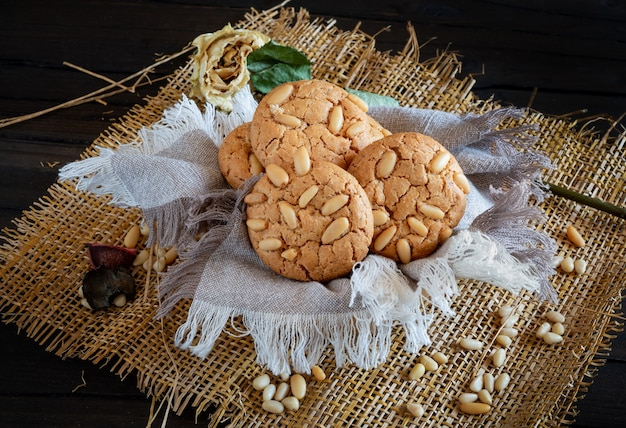 Нежное сдобное печенье с хрустящими свежими кедровыми орехами
