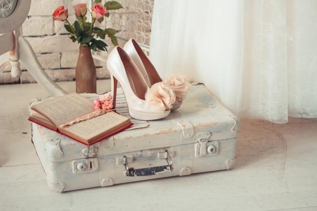 Нежная композиция свадебных платьев и аксессуаров