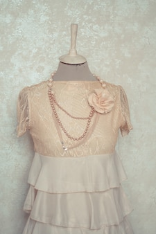 装飾されたマネキンのドレスで繊細な構図