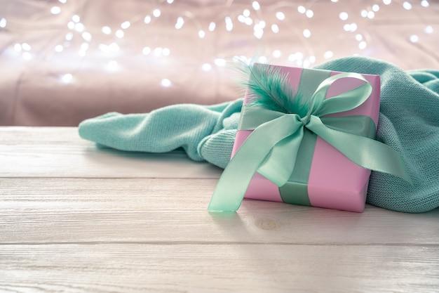 선물 상자와 조명 갈 랜드와 밝은 배경에 스웨터와 섬세 한 축제 배경.