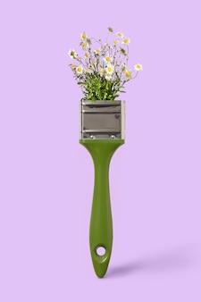 紫色の背景に緑色のペイントブラシで繊細な汚された花のカモミール、スペースのための場所。無毒のコンセプトペインティング。