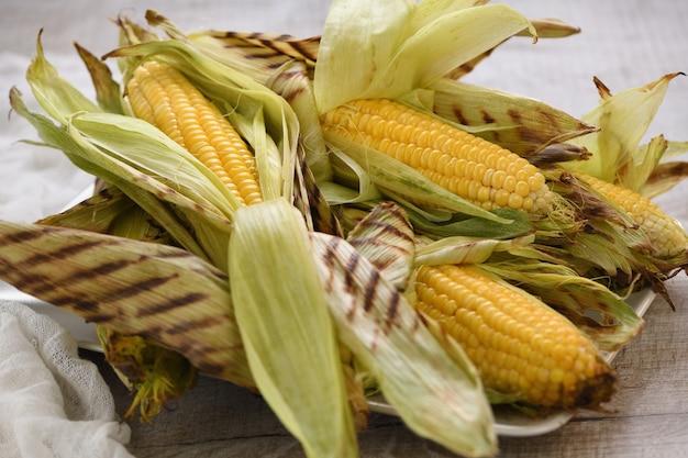 Нежная, сочная кукуруза в початках в шелухе, приготовленная на гриле