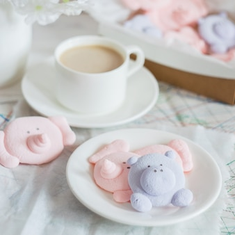 Нежный зефирный десерт в виде забавных зверюшек и кружки с напитком