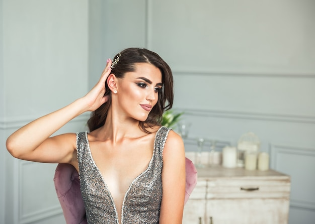 Нежный портрет молодой модели леди в черном блестящем роскошном элегантном платье