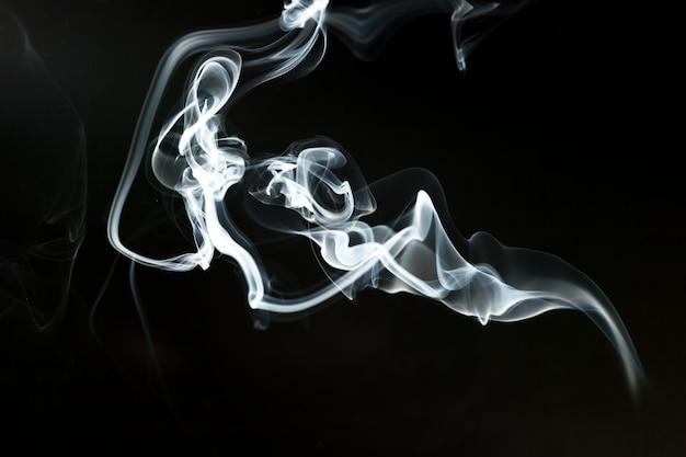 Тонкий силуэт дыма