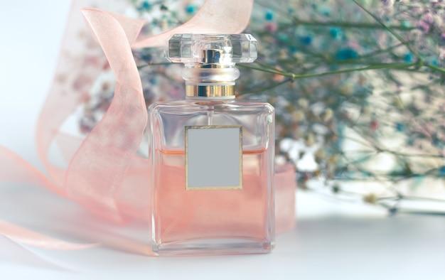 繊細な女性の香水と花