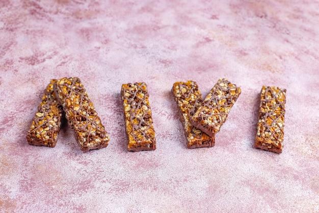 Здоровые батончики delicios granola с шоколадом, батончики мюсли с орехами и сухофруктами