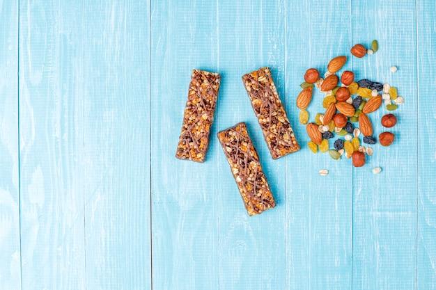 Здоровые батончики гранола delicios с шоколадом, батончики мюсли с орехами и сухофруктами, вид сверху
