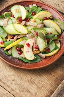 오이, 시금치, 사과, 고기 혀의 맛있고 저렴한 샐러드.건강에 좋은 음식.봄 샐러드