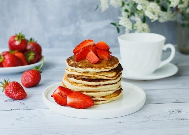 甘いイチゴの朝食時間の概念を持つおいしいアメリカのパンケーキ
