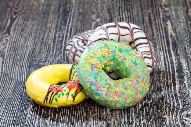 Вкусный и свежий пончик с фруктовым вкусом и начинкой, высококалорийная еда крупным планом, вегетарианские ингредиенты