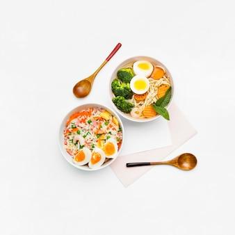 白い背景に美味しくて健康的なアジア料理