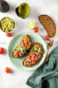 トマトとパセリの美味しくてヘルシーなアボカドサンドイッチ